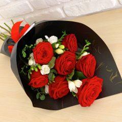 Buchet trandafiri și frezii B48
