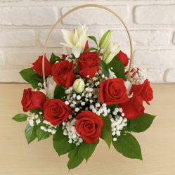 Aranjament floral cu crini si trandafiri AF156