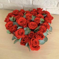 Inima din trandafiri rosii