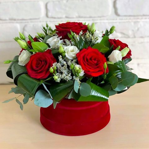 Aranjament floral in cutie AF76