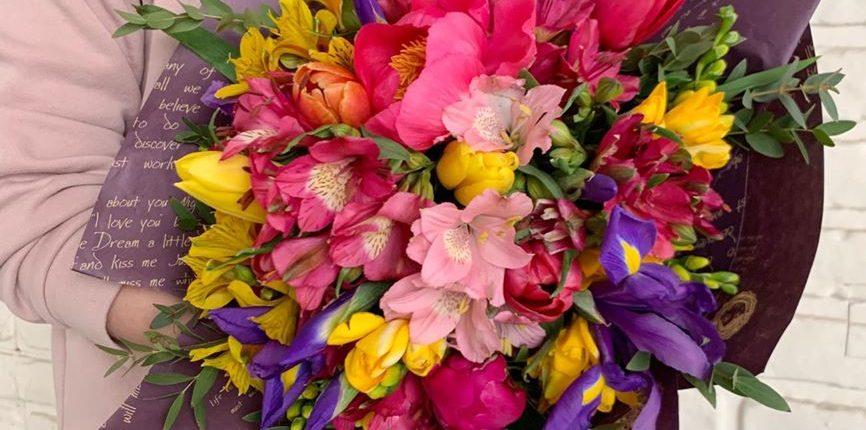 Livrări flori Bacău: de oriunde ai fi, poți face o supriză minunată celor dragi