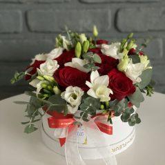 Cutie cu trandafiri in nuante rosu si alb