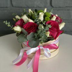 Cutie cu trandafiri si minirose
