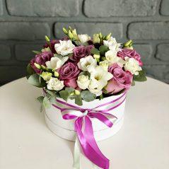 Cutie cu flori mov si albe