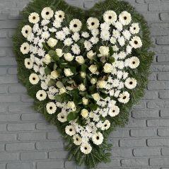 Coroana inima cu flori albe