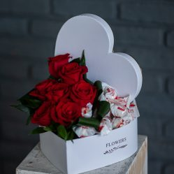 Inima cu trandafiri si bomboane