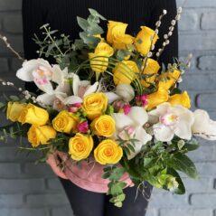 Cutie cu trandafiri și orchidee