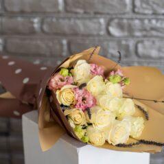 Buchet elegant cu trandafiri și eustoma B486