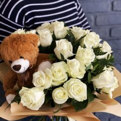 Buchet cu trandafiri și ursuleț