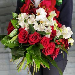 Buchet cu trandafiri și phalaenopsis